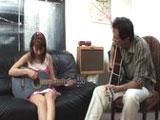 El profesor se folla a la alumna de guitarra