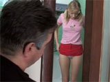 Le encanta espiar a su hijastra