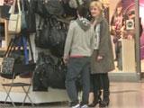 Se liga a una madura en el centro comercial