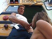 Estudiante con el conductor del autobús