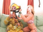 Apagándole el fuego al bombero