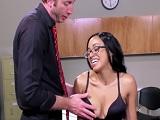 Tiene sexo con su nuevo profesor..