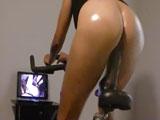 Tiene una polla pegada en el sillín de la bicicleta