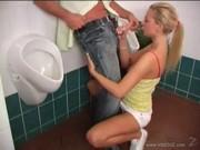 Rubita en el baño equivocado